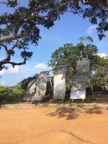 Monumento a las victomas del tsunami 2004. Se pueden ver la altura de las 4 olas que llegaron al parque