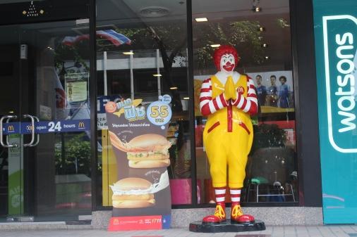 Vemos como McDonalds trata de captar público local y el Ronald McDonald tiene sus manos juntas como hacen los tailandeses para decir gracias