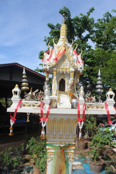 Casa de los espiritus de estilo Saan Phra Phum son como un Castillo celestial en el Monte Sumeru, el reino cósmico de los Dioses