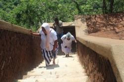 Abuelitas esrilanqueses que siempre son todo terreno, subiendo a la cima de Sigiriya