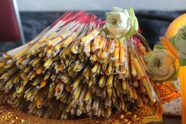 Parte de las ofrendas budistas: velas y flores de Loto