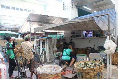 Tailandeses viendo novelas