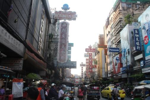 Calle principal del Chinatown en Bangkok