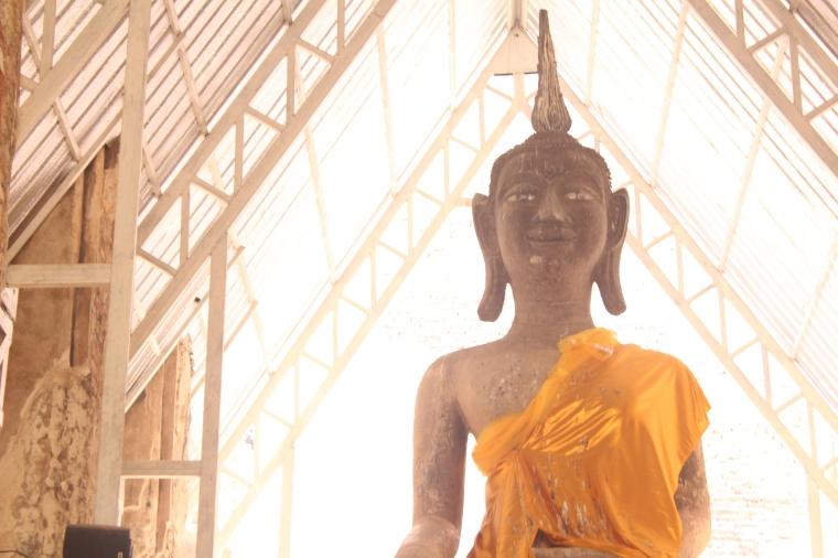 Aqui se puede ver un poco el efecto en que los ojos de la estatua de Buda brillan