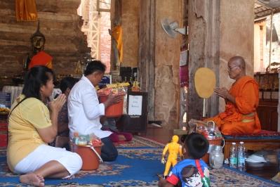 Ofrenda a monje budista en Wat Pho Prathap Chang temple