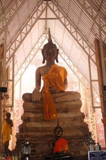 Buda en la ruinas en Wat Pho Prathap Chang temple