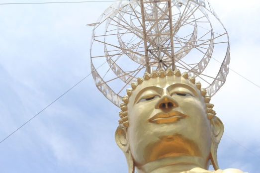 Estatua Gigante de Buda Dorado en Wat Kiriwong Nakhon Sawan