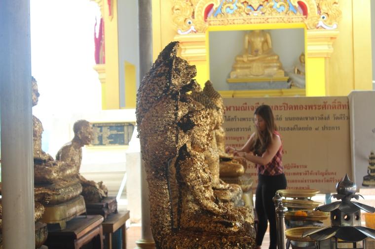 Ritual de en-dorar a Buda