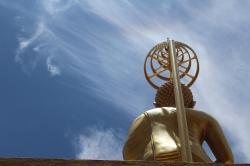 Vista posterior de la estatua de Buda en Wat Kiriwong Nakhon Sawan