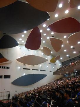 Graduacion en el Aula Magna bajo las Nubes de Alexander Calder