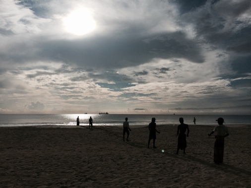 Trincomalee. Turistas ayudando a pescadores locales