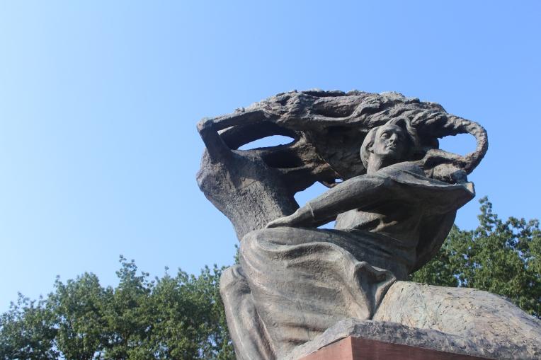 Estatua de Chopin en el Parque Lazienki en Varsovia