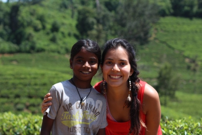 Yo y una niña Tamil en las plantaciones