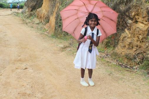 Niña esrilanquesa con su uniforme de colegio
