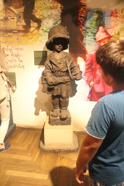 Museo Levantamiento de Varsovia el momento en que un niño ve la estatua que representa los niños polacos que lucharon durante el levantamiento.