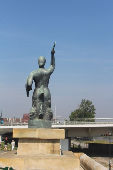 Estatua de la sirenita de Varsovia en el Río Vístula