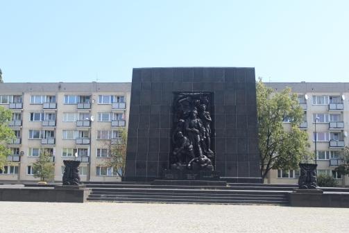 Monumeto al levantamiento del Gueto de Varsovia, frente al Museo Polin.