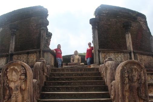 Yo con mi amiga en el Vatadage de Polonnaruwa