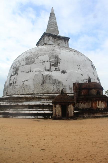 Esta es la unica Estupa blanca en Polonnaruwa Kiri Vihara