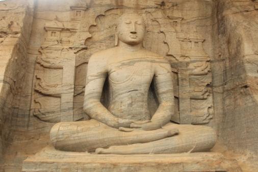 Primer Buda en Gal Vihar o Monasterio en la Roca