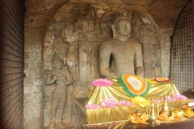 Cuarto Buda en Gal Vihar o Monasterio en la Roca que esta protegido por una celda