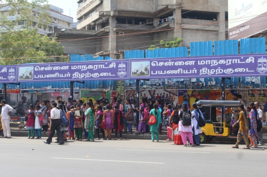 Gente en una parada de bus en Chennai