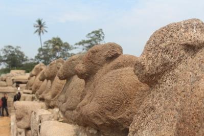 Estatuas de Vacas en Templo en la Orilla. Vean como los detalles se han derretido
