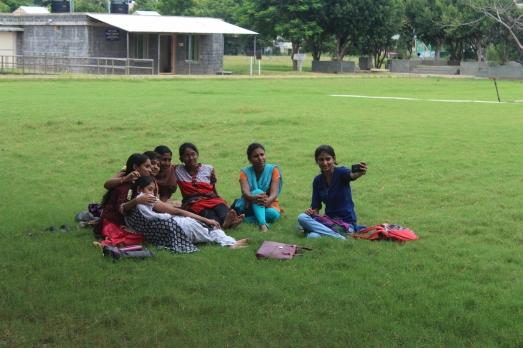 Chicas indias tomandóse una foto, vean como ya unas se dieron cuenta que las estaba fotografiando.