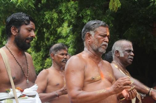 Tilaka hindú es la marca que se colocan en la frente los hindues. Dependiendo del Dios que siguen colocan su forma. En la foto vemos a seguidores del Dios Vishnu