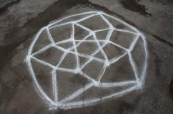 Kolams pinturas con harina de arroz en el piso