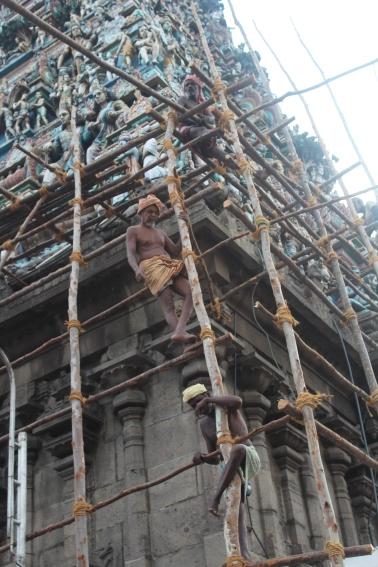 Hombres reparando torre del templo