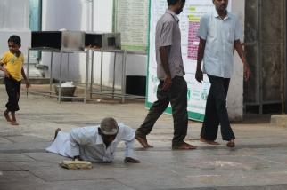 Devoto rindiendo tributo desde el suelo en el templo