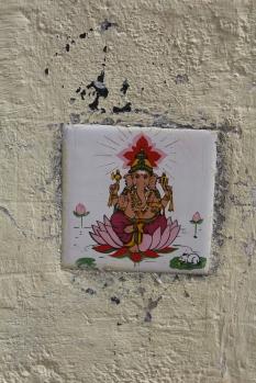Imagen de Ganesha frente una casa