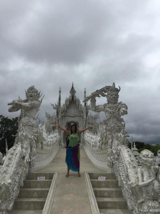 ana-en-templo-blanco-en-chiang-rai-wat-rong-khun