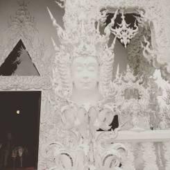 buda-en-templo-blanco-en-chiang-rai-wat-rong-khun
