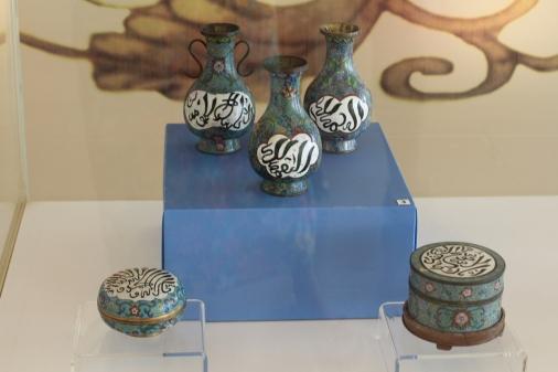 Vasijas con carácteres islámicos