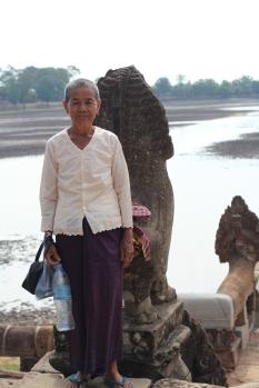 Monja camboyana en la terraza del Srah Srang o Reservorio de agua Angkor