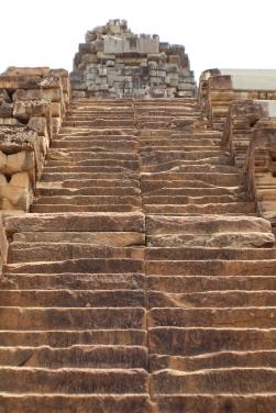 Estas escaleras solo podían subirse escalándolas con tu cuerpo completo, como si estuvieras rindiendo reverencia al entrar.