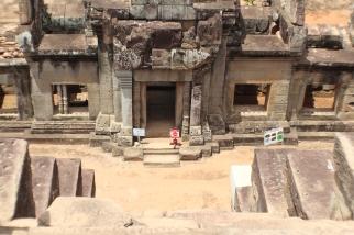 Vista de la entrada del Templo Ta Keo desde la cima de las escaleras