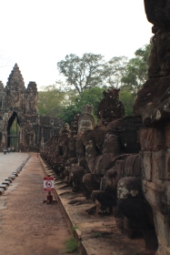 Las Asuras o demonios en el la entrada Sur de Angkor Thom