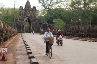 Camboyanos usando el camino dentro de las ruinas Angkor Thom