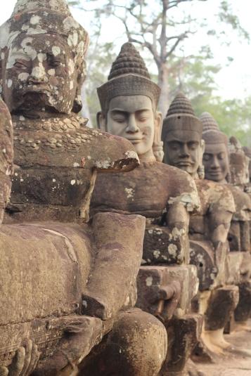 Estatua de un Deva o Dios en la entrada sur de Angkor Thom Camboya Ruinas Angkor