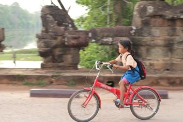 niña camboyana en bicicleta Angkor Thom Camboya Ruinas Angkor