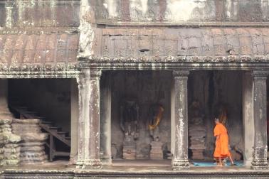 Monje budista en el pasillo de los Budas.