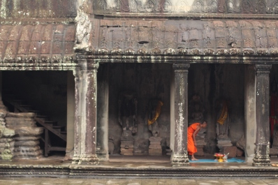 Monje en el altar para Buda