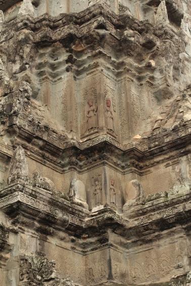 Detalle de las relieves en las torres de Angkor Wat