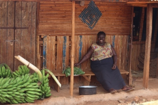 Señora ugandesa vendiendo Matooke
