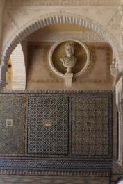 Bustos de mármol, yeserías y azulejos. Casa de Pilatos